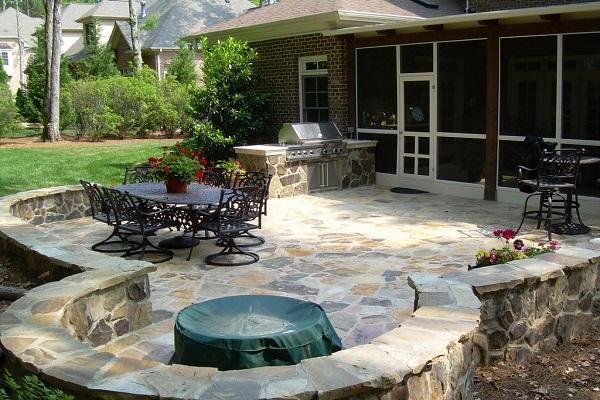 Мощение патио из камня на заднем дворе частного дома